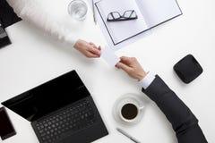 Бизнесмены обменивая карточку посещения на столе офиса Стоковая Фотография RF
