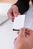 Бизнесмены обменивая карточку посещения Стоковые Фото