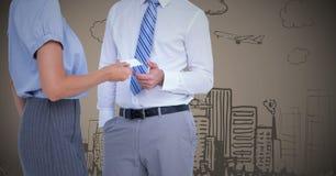 Бизнесмены обменивая карточку против коричневой предпосылки с doodle города Стоковые Изображения