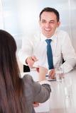 2 бизнесмены обменивая карточку Стоковое Изображение RF