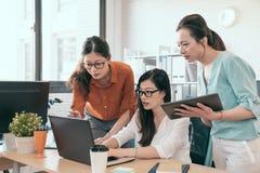 Бизнесмены обсуждать Азии молодые успешный Стоковые Фотографии RF
