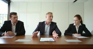 Бизнесмены обсуждают документы акции видеоматериалы