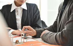 Бизнесмены обсуждают на встрече Стоковые Изображения