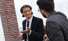 2 бизнесмены обсуждают проблему Стоковое Изображение