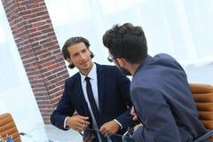 2 бизнесмены обсуждают проблему Стоковое Изображение RF