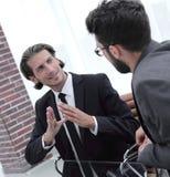2 бизнесмены обсуждают проблему Стоковая Фотография RF