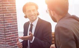 2 бизнесмены обсуждают проблему Стоковая Фотография