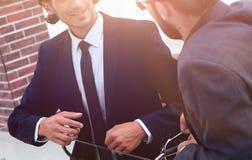 2 бизнесмены обсуждают проблему Стоковые Фотографии RF