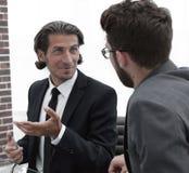 2 бизнесмены обсуждают проблему Стоковые Фото