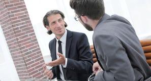 2 бизнесмены обсуждают проблему Стоковое Фото