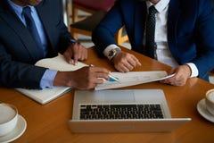 Бизнесмены обсуждая документ стоковые фотографии rf