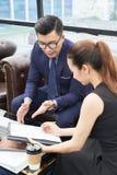 Бизнесмены обсуждая документ стоковая фотография rf