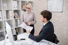 Бизнесмены обсуждая контракт в офисе Стоковое Изображение RF
