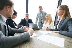 Бизнесмены обсуждая контракт Стоковые Изображения