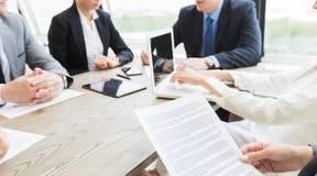 Бизнесмены обсуждая контракт Стоковое Изображение RF