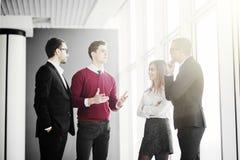 Бизнесмены обсуждая на неофициальном заседании в лобби офиса Стоковое Фото
