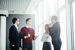Бизнесмены обсуждая на неофициальном заседании в лобби офиса Стоковые Фото