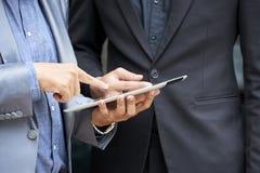 Бизнесмены обсуждая новое приложение стоковое фото rf