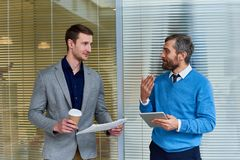 Бизнесмены обсуждая новости в офисе Стоковое Фото