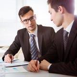 Бизнесмены обсуждая новый проект на встрече Стоковые Изображения RF