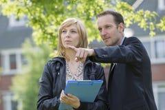 Бизнесмены обсуждая новый проект outdoors Стоковое Изображение RF