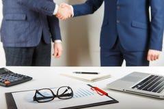 Бизнесмены обсуждая показывать диаграмм и диаграмм Стоковое Фото