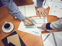 Бизнесмены обсуждая проект в конференц-зале Стоковые Изображения