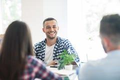 Бизнесмены обсуждая проект на встрече в современном офисе Стоковая Фотография