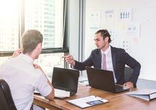 Бизнесмены обсуждая проект на встрече представление дела 3d габаритное представляет форму 3 Стоковая Фотография RF