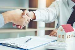 Бизнесмены обсуждая рукопожатие контракта между col 2 стоковая фотография