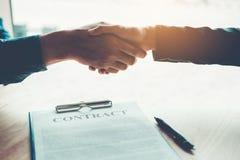 Бизнесмены обсуждая рукопожатие контракта между col 2 стоковые фотографии rf