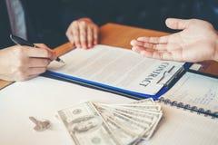 Бизнесмены обсуждая рукопожатие контракта между col 2 стоковое изображение