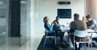 Бизнесмены обсуждая совместно в встрече Стоковая Фотография RF