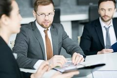 Бизнесмены обсуждая стратегию в встрече Стоковое Изображение