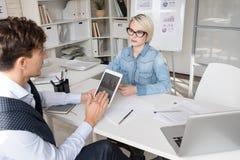 Бизнесмены обсуждая стратегию в офисе стоковое фото