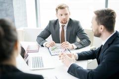 Бизнесмены обсуждая стратегию Стоковое Изображение