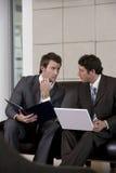 бизнесмены обсуждая стратегию Стоковая Фотография