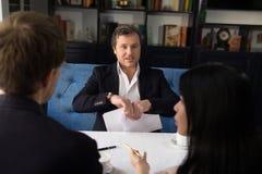 Бизнесмены обсуждая условие согласования Стоковое Фото