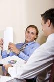 бизнесмены обсуждая финансовые результаты Стоковое Изображение RF