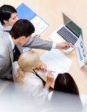 Бизнесмены обсуждают диаграмму Стоковые Фотографии RF
