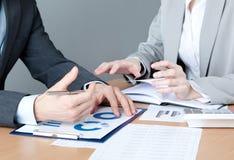 2 бизнесмены обсуждают хозяйственные вопросы Стоковые Изображения RF