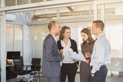 Бизнесмены обсуждают Стоковое Изображение