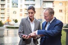 2 бизнесмены обсуждая вне офиса Стоковая Фотография RF