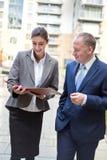 2 бизнесмены обсуждая вне офиса Стоковые Фото