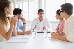 Бизнесмены обсуждая в встрече конференции Стоковое Изображение RF