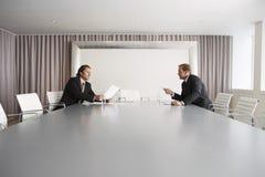 Бизнесмены обсуждая в конференц-зале Стоковое Изображение