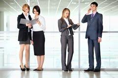 Бизнесмены обсуждая в коридоре офиса Стоковое фото RF