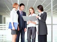 Бизнесмены обсуждая в коридоре офиса Стоковое Фото