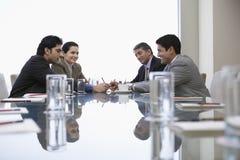 Бизнесмены обсуждая в офисе Стоковое Изображение