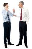 Бизнесмены обсуждая в офисе стоковые фотографии rf